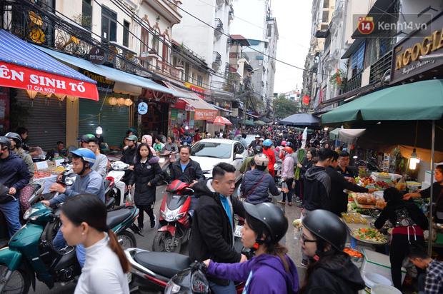 Người dân Hà Nội chen chúc mua gà luộc xôi gấc giá gần 1 triệu để cúng giao thừa, người bán sắp lễ không ngớt tay - Ảnh 15.