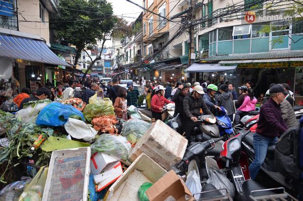 Người dân Hà Nội chen chúc mua gà luộc xôi gấc giá gần 1 triệu để cúng giao thừa, người bán sắp lễ không ngớt tay - Ảnh 16.