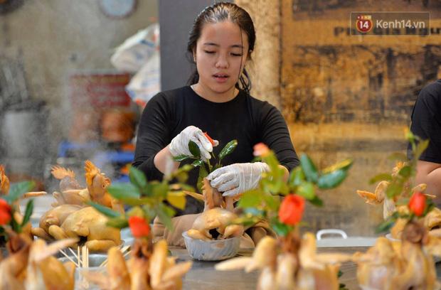 Người dân Hà Nội chen chúc mua gà luộc xôi gấc giá gần 1 triệu để cúng giao thừa, người bán sắp lễ không ngớt tay - Ảnh 3.
