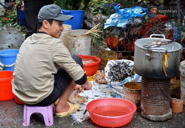 Dịch vụ bán và làm thuê gà cúng giao thừa ế ẩm, nhiều tiểu thương dọn hàng về sớm - Ảnh 3.