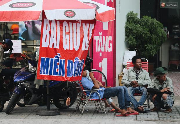 Dịch vụ giữ xe máy xuyên Tết cho người dân rời Sài Gòn về quê hốt tiền triệu mỗi ngày - Ảnh 4.