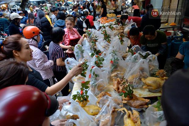 Người dân Hà Nội chen chúc mua gà luộc xôi gấc giá gần 1 triệu để cúng giao thừa, người bán sắp lễ không ngớt tay - Ảnh 5.