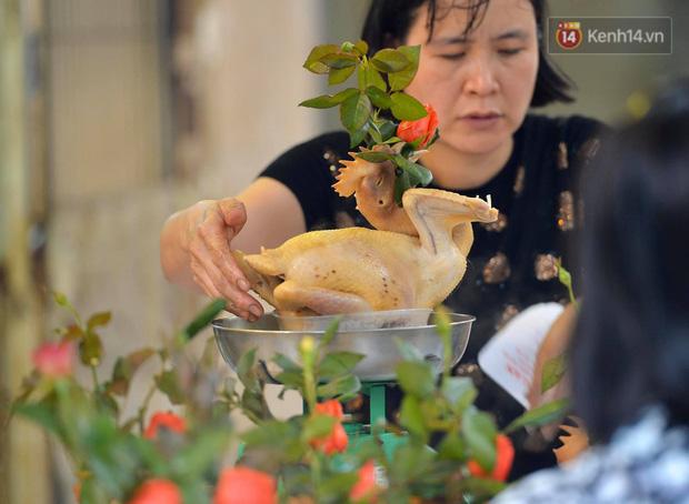 Người dân Hà Nội chen chúc mua gà luộc xôi gấc giá gần 1 triệu để cúng giao thừa, người bán sắp lễ không ngớt tay - Ảnh 6.