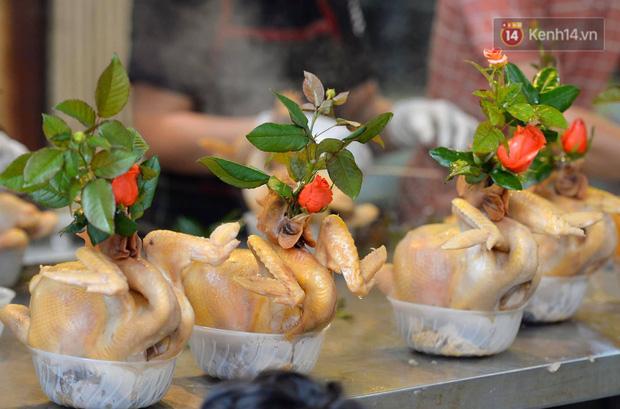Người dân Hà Nội chen chúc mua gà luộc xôi gấc giá gần 1 triệu để cúng giao thừa, người bán sắp lễ không ngớt tay - Ảnh 7.