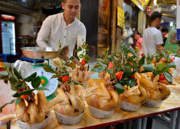 Người dân Hà Nội chen chúc mua gà luộc xôi gấc giá gần 1 triệu để cúng giao thừa, người bán sắp lễ không ngớt tay - Ảnh 8.