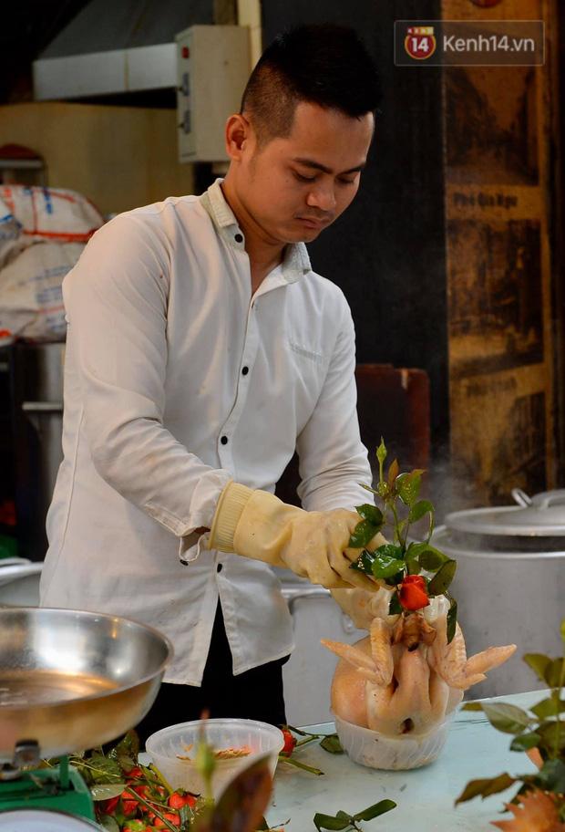 Người dân Hà Nội chen chúc mua gà luộc xôi gấc giá gần 1 triệu để cúng giao thừa, người bán sắp lễ không ngớt tay - Ảnh 9.