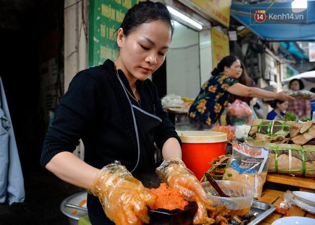 Người dân Hà Nội chen chúc mua gà luộc xôi gấc giá gần 1 triệu để cúng giao thừa, người bán sắp lễ không ngớt tay - Ảnh 10.