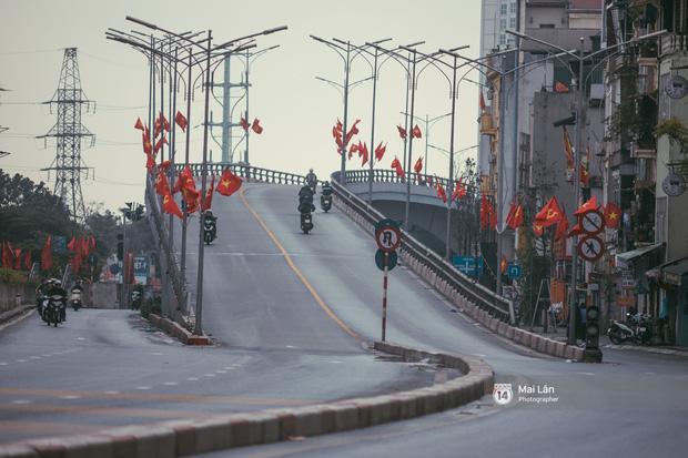 Hà Nội sáng mùng 1 Tết Canh Tý: Sau trận mưa lớn đêm 30, đường phố vắng vẻ như trong cuốn phim cũ nhuốm màu thời gian - Ảnh 12.
