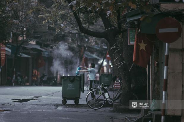 Hà Nội sáng mùng 1 Tết Canh Tý: Sau trận mưa lớn đêm 30, đường phố vắng vẻ như trong cuốn phim cũ nhuốm màu thời gian - Ảnh 13.