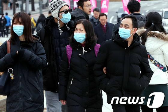 Hàn Quốc ảm đạm sau kì nghỉ Tết Nguyên đán khi già trẻ lớn bé đều sợ dịch viêm phổi Vũ Hán, du khách Trung Quốc mang quà đặc biệt về nước - Ảnh 1.