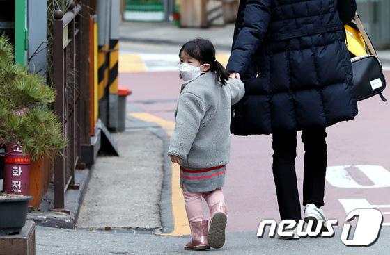 Hàn Quốc ảm đạm sau kì nghỉ Tết Nguyên đán khi già trẻ lớn bé đều sợ dịch viêm phổi Vũ Hán, du khách Trung Quốc mang quà đặc biệt về nước - Ảnh 11.