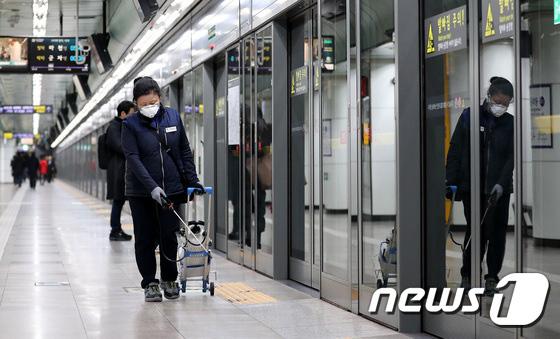 Hàn Quốc ảm đạm sau kì nghỉ Tết Nguyên đán khi già trẻ lớn bé đều sợ dịch viêm phổi Vũ Hán, du khách Trung Quốc mang quà đặc biệt về nước - Ảnh 13.