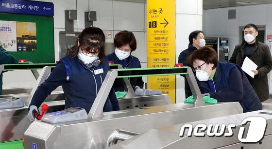 Hàn Quốc ảm đạm sau kì nghỉ Tết Nguyên đán khi già trẻ lớn bé đều sợ dịch viêm phổi Vũ Hán, du khách Trung Quốc mang quà đặc biệt về nước - Ảnh 15.