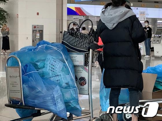 Hàn Quốc ảm đạm sau kì nghỉ Tết Nguyên đán khi già trẻ lớn bé đều sợ dịch viêm phổi Vũ Hán, du khách Trung Quốc mang quà đặc biệt về nước - Ảnh 17.