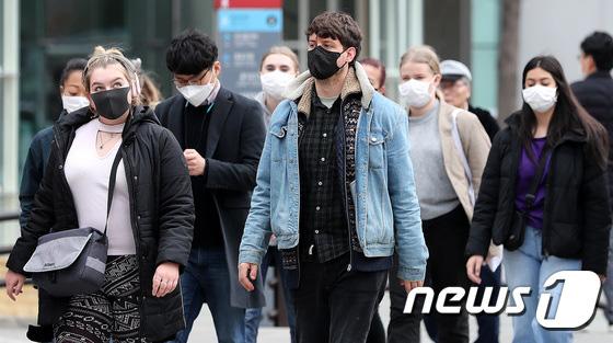 Hàn Quốc ảm đạm sau kì nghỉ Tết Nguyên đán khi già trẻ lớn bé đều sợ dịch viêm phổi Vũ Hán, du khách Trung Quốc mang quà đặc biệt về nước - Ảnh 6.