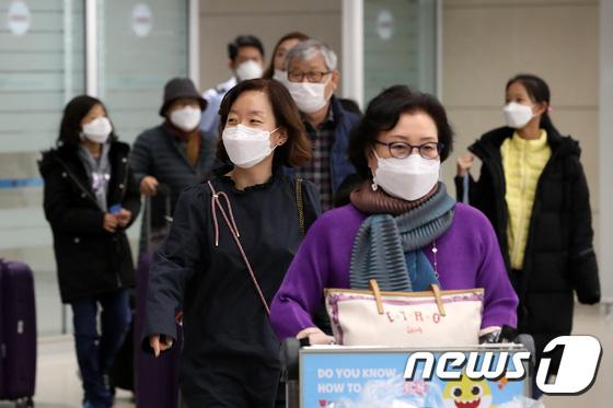 Hàn Quốc ảm đạm sau kì nghỉ Tết Nguyên đán khi già trẻ lớn bé đều sợ dịch viêm phổi Vũ Hán, du khách Trung Quốc mang quà đặc biệt về nước - Ảnh 7.