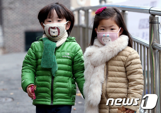 Hàn Quốc ảm đạm sau kì nghỉ Tết Nguyên đán khi già trẻ lớn bé đều sợ dịch viêm phổi Vũ Hán, du khách Trung Quốc mang quà đặc biệt về nước - Ảnh 10.
