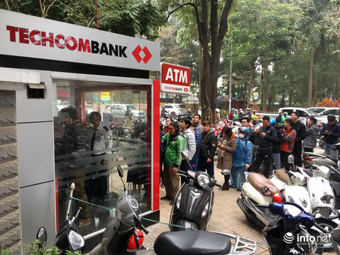 Miễn phí dịch vụ, ngân hàng tìm cứu cánh để tăng thu nhập - Ảnh 1.