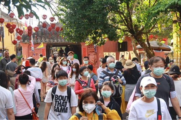 Hội An phát miễn phí khẩu trang y tế cho du khách để phòng tránh virus Corona - Ảnh 2.