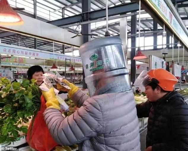 Trước tình hình dịch viêm phổi Vũ Hán, người dân Trung Quốc đi ra đường với thùng nhựa trên đầu, đeo găng tay và xịn nhất là tài xế taxi - Ảnh 3.