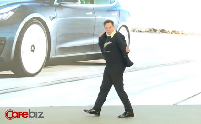 Khoảng thời gian hạnh phúc ngập tràn của Elon Musk: Vui vẻ nhảy múa trên sân khấu khi cổ phiếu Tesla thăng hoa, sắp đạt KPI vốn hóa 100 tỷ USD - Ảnh 1.
