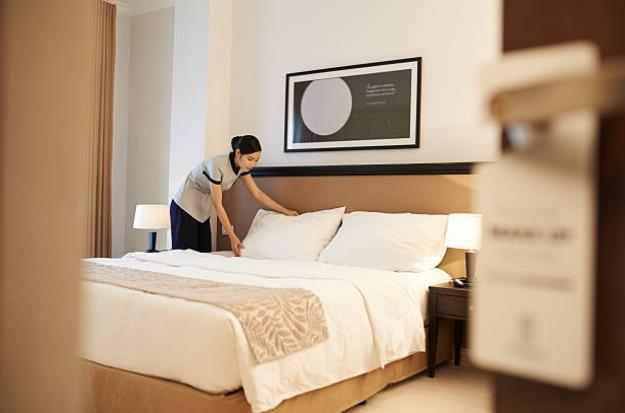 """5 câu hỏi """"vì sao"""" về gối trong phòng khách sạn: Vì sao không có gối ôm? Vì sao giường cho 2 người nhưng lại có đến 4 gối? Sao gối hình vuông có màu đậm thay vì màu trắng?... - Ảnh 1."""