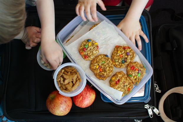 Tiếp viên hàng không tiết lộ những món ăn không nên mang lên máy bay để tránh gây phiền toái cho cả phi hành đoàn lẫn khách đi cùng - Ảnh 2.