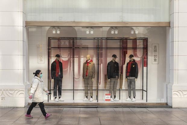 Công xưởng thế giới khốn khổ vì bão virus corona, các thương hiệu thời trang xa xỉ sẽ phải tồn tại như thế nào? - Ảnh 8.