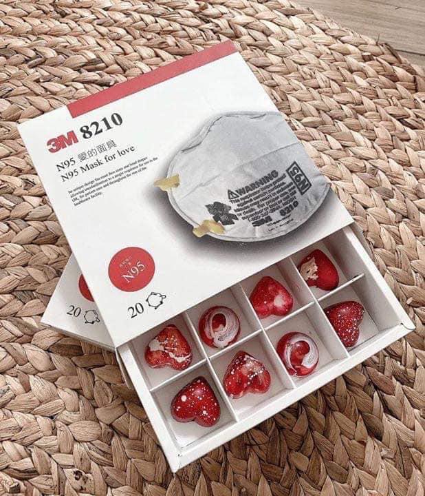 Socola vỏ bao cao su, khẩu trang 3M, airpod pro giá nửa triệu đồng/hộp cháy hàng trong ngày Valentine - Ảnh 2.