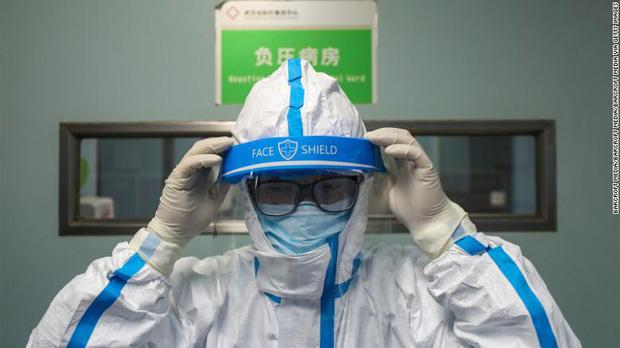 Mỗi khi có người đến khám, tôi phải nín thở - Cơn khủng hoảng tiềm ẩn khi hàng trăm y bác sĩ nơi tiền tuyến chống dịch virus corona có nguy cơ lây nhiễm Covid-19 - Ảnh 1.