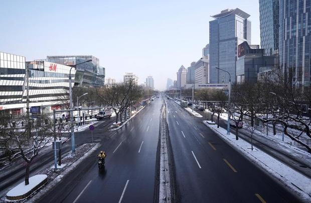 Cảnh tượng hiếm thấy: Hàng triệu người trở lại làm việc nhưng các siêu đô thị Trung Quốc vẫn chìm trong hôn mê vì virus corona - Ảnh 1.