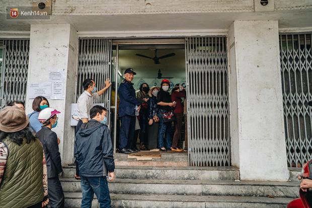 Người Hà Nội rồng rắn hết cả con phố, đợi nhận tem phiếu để mua khẩu trang vải sử dụng 30 lần - Ảnh 14.