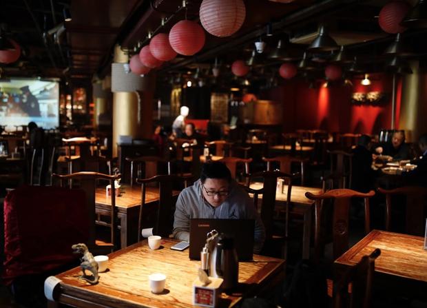 Cảnh tượng hiếm thấy: Hàng triệu người trở lại làm việc nhưng các siêu đô thị Trung Quốc vẫn chìm trong hôn mê vì virus corona - Ảnh 12.