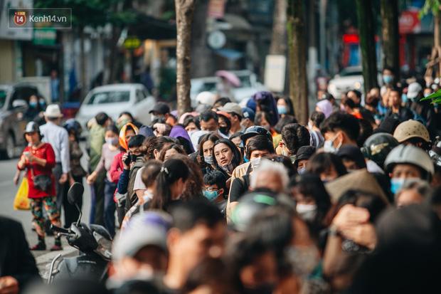 Người Hà Nội rồng rắn hết cả con phố, đợi nhận tem phiếu để mua khẩu trang vải sử dụng 30 lần - Ảnh 19.
