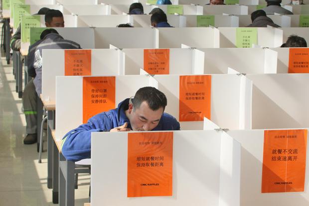 Cảnh tượng hiếm thấy: Hàng triệu người trở lại làm việc nhưng các siêu đô thị Trung Quốc vẫn chìm trong hôn mê vì virus corona - Ảnh 16.