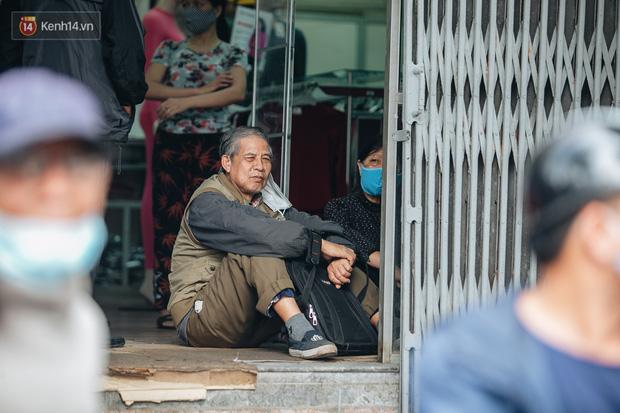 Người Hà Nội rồng rắn hết cả con phố, đợi nhận tem phiếu để mua khẩu trang vải sử dụng 30 lần - Ảnh 6.