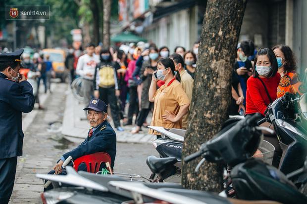 Người Hà Nội rồng rắn hết cả con phố, đợi nhận tem phiếu để mua khẩu trang vải sử dụng 30 lần - Ảnh 7.