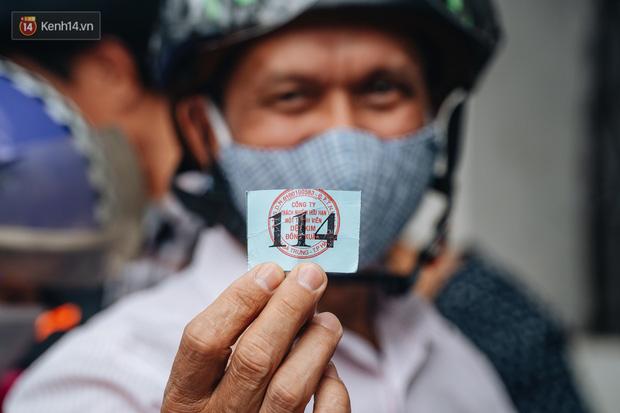 Người Hà Nội rồng rắn hết cả con phố, đợi nhận tem phiếu để mua khẩu trang vải sử dụng 30 lần - Ảnh 11.