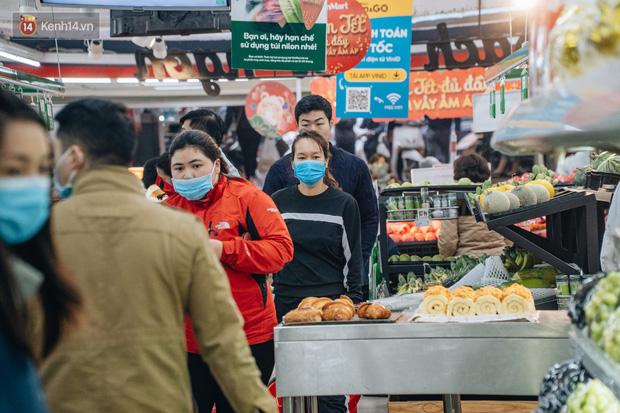 Cập nhật giá rau tăng vọt sau Tết, người Hà Nội đổ xô đi mua thực phẩm dự trữ giữa nạn dịch virus Corona - Ảnh 1.