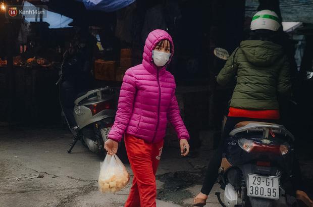 Cập nhật giá rau tăng vọt sau Tết, người Hà Nội đổ xô đi mua thực phẩm dự trữ giữa nạn dịch virus Corona - Ảnh 13.
