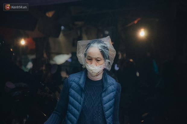 Cập nhật giá rau tăng vọt sau Tết, người Hà Nội đổ xô đi mua thực phẩm dự trữ giữa nạn dịch virus Corona - Ảnh 14.
