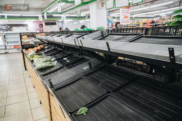 Cập nhật giá rau tăng vọt sau Tết, người Hà Nội đổ xô đi mua thực phẩm dự trữ giữa nạn dịch virus Corona - Ảnh 16.