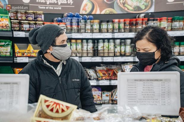 Cập nhật giá rau tăng vọt sau Tết, người Hà Nội đổ xô đi mua thực phẩm dự trữ giữa nạn dịch virus Corona - Ảnh 3.