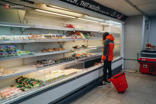 Cập nhật giá rau tăng vọt sau Tết, người Hà Nội đổ xô đi mua thực phẩm dự trữ giữa nạn dịch virus Corona - Ảnh 21.