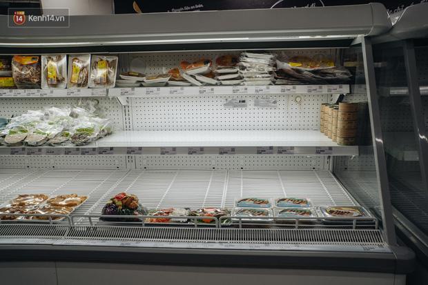 Cập nhật giá rau tăng vọt sau Tết, người Hà Nội đổ xô đi mua thực phẩm dự trữ giữa nạn dịch virus Corona - Ảnh 22.