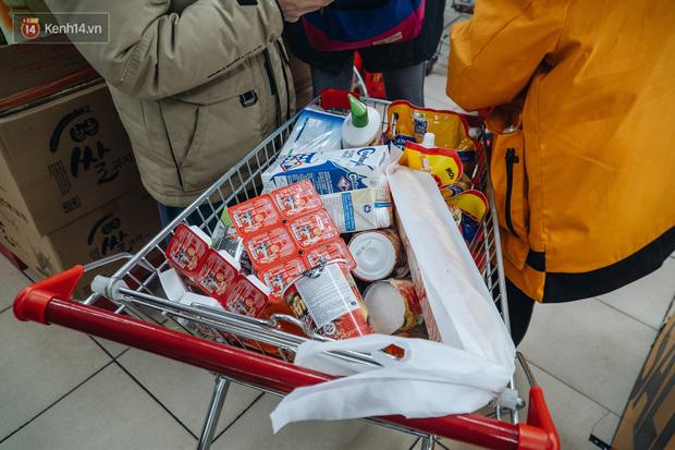 Cập nhật giá rau tăng vọt sau Tết, người Hà Nội đổ xô đi mua thực phẩm dự trữ giữa nạn dịch virus Corona - Ảnh 27.