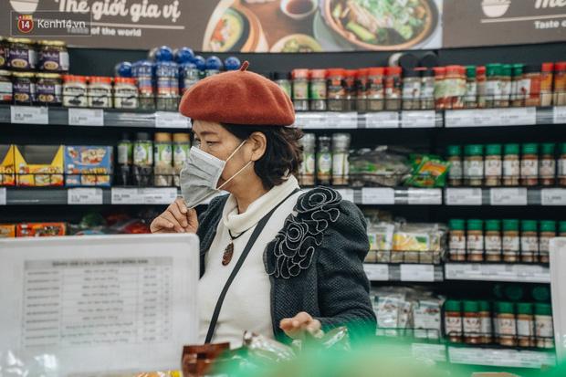 Cập nhật giá rau tăng vọt sau Tết, người Hà Nội đổ xô đi mua thực phẩm dự trữ giữa nạn dịch virus Corona - Ảnh 4.
