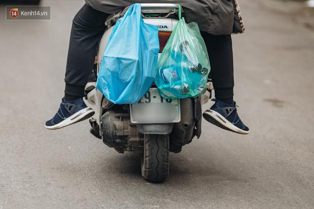 Cập nhật giá rau tăng vọt sau Tết, người Hà Nội đổ xô đi mua thực phẩm dự trữ giữa nạn dịch virus Corona - Ảnh 32.