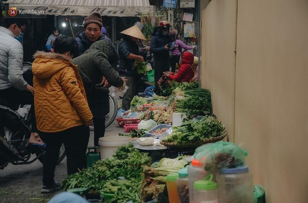Cập nhật giá rau tăng vọt sau Tết, người Hà Nội đổ xô đi mua thực phẩm dự trữ giữa nạn dịch virus Corona - Ảnh 33.