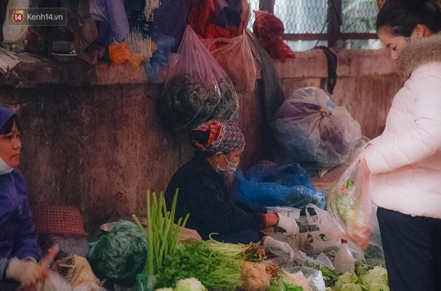 Cập nhật giá rau tăng vọt sau Tết, người Hà Nội đổ xô đi mua thực phẩm dự trữ giữa nạn dịch virus Corona - Ảnh 34.